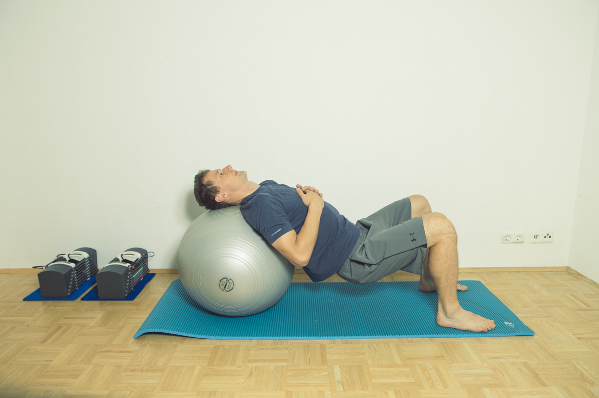 Gymnastikball Übungen Hüfte beugen und strecken