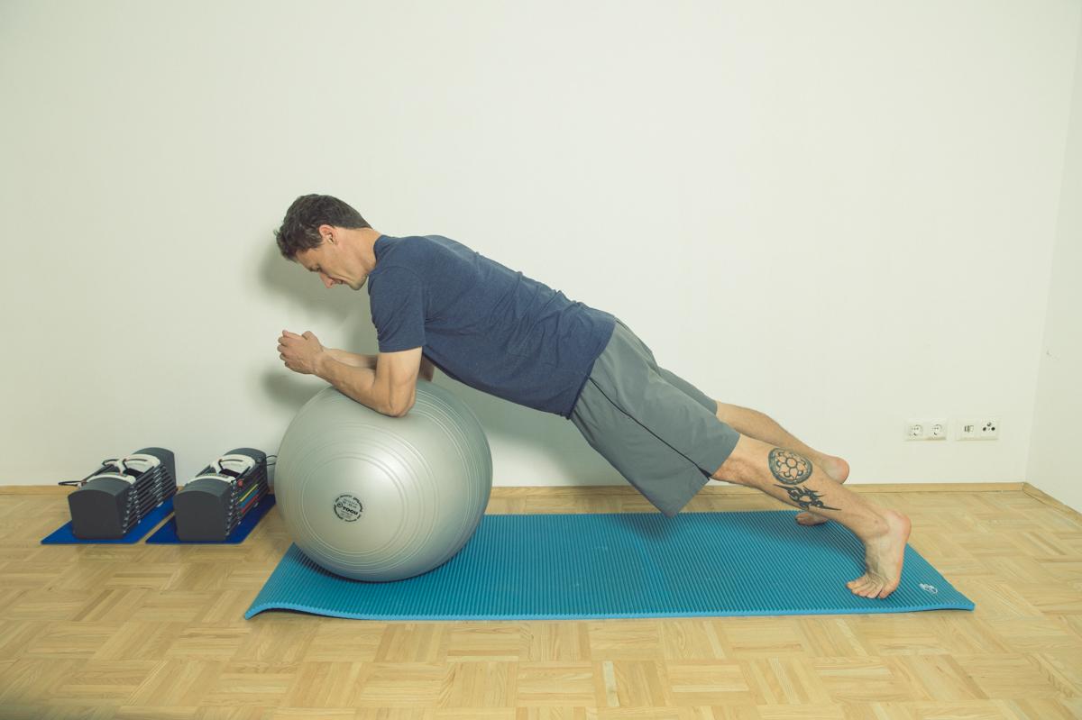 Gymnastikball Übungen Unterarmstütz