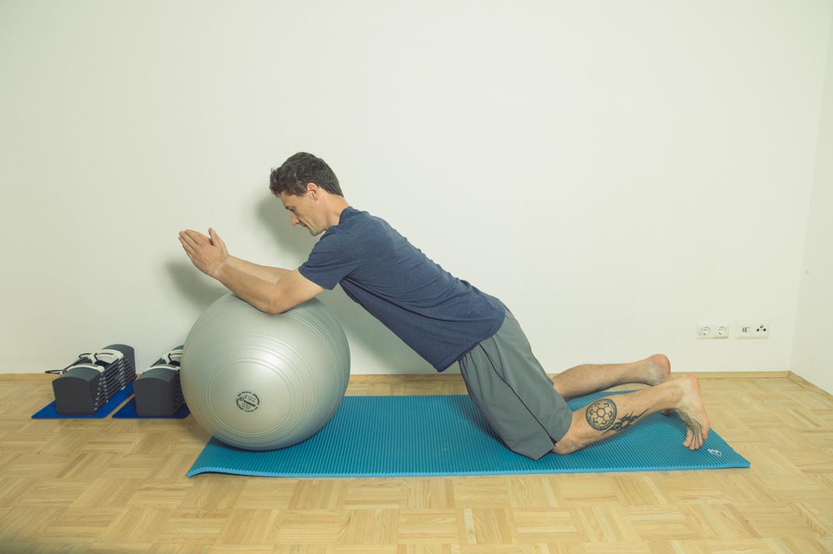 Gymnastikball Übungen Roll out aus dem Kniestand