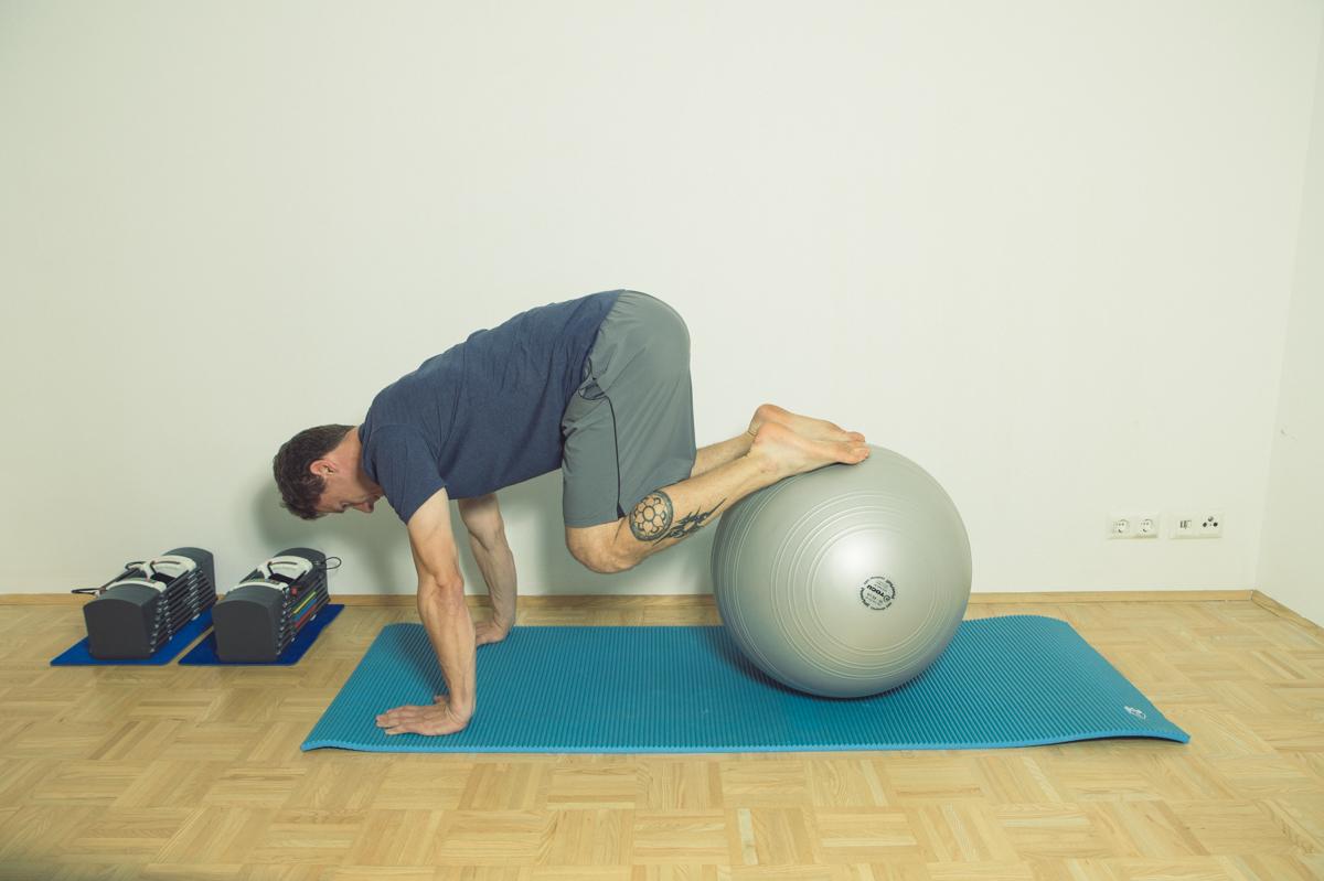 Gymnastikball Übungen Beine anziehen