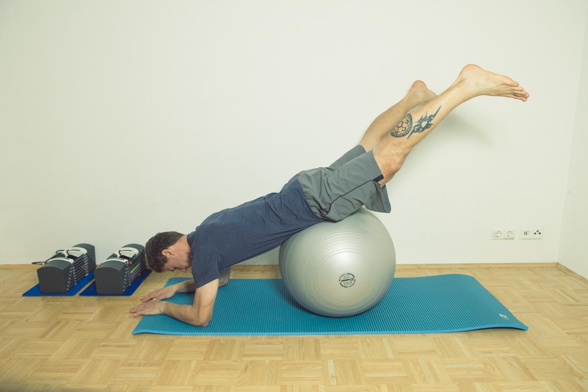 Gymnastikball Übungen Beine öffnen und schließen