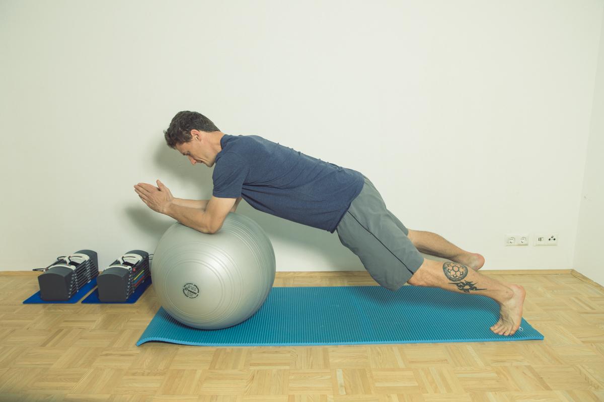 Gymnastikball Übungen Roll Out aus dem Stand