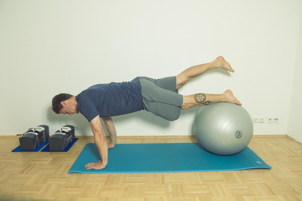 Gymnastikball Übungen Beine heben Liegestütz